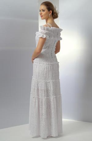 Bílé svatební šaty na ramínka s krinolínovou sukní.