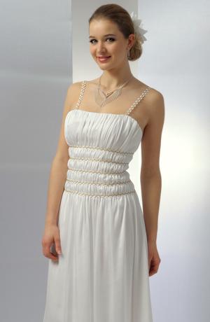 Dlouhé bílé šaty na svatbu s efektním řasením na sedýlku.
