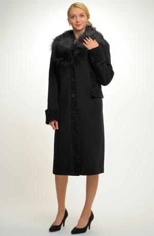 Dámský kabát s kožešinou na límci