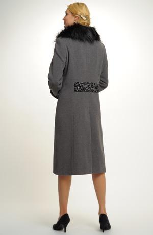 Kabát s velkým kožešinovým límcem v šedočerném dezénu