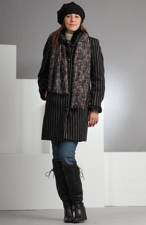 Dámský černý tříčtvrteční kabát s proužky, na límci i rukávech je zdobený černou kožešinou.