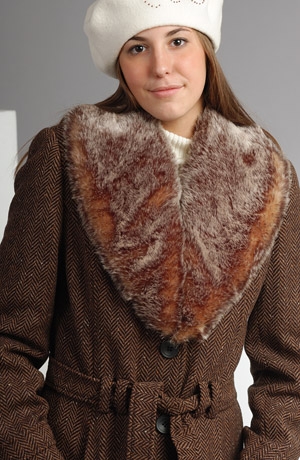 Dámský dlouhý kabát je vyroben z vlněného materiálu.