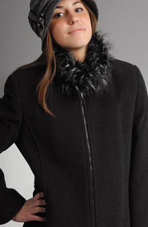 Elegantní dámské paleto na zip je vyrobeno z lehkého jemného italského flauše. Stoják je zdobený kožešinou a lze ji oddělávat.