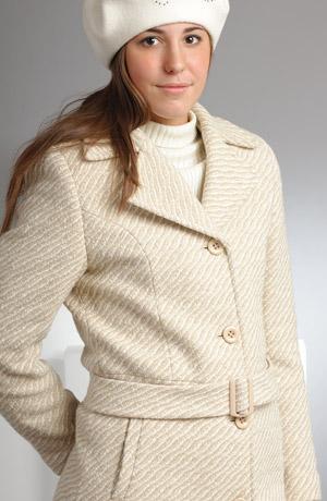 Dámský retro kabátek se sníženým pasem a bílou kožešinou.