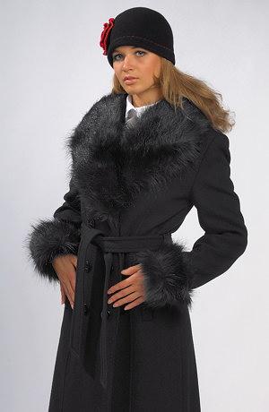 Dámský dlouhý černý kabát s páskem a oddělávací kožešinou.