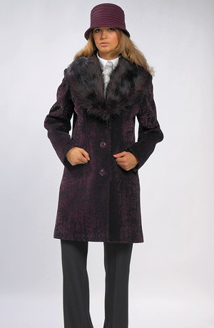 Dámský kabát s poflokovanou úpravou a kožešinou u krku.