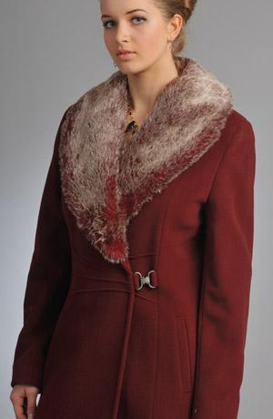 Vínový zimní kabát se sponou