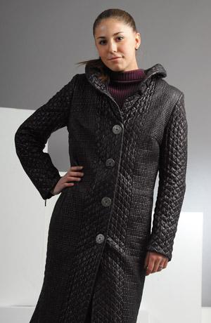 Dlouhý kabát vypadá sportovně,ale nechybí mu ani glamour,který mu dodává lesklá lakovaná látka prošitá do čtverečků,řasený límec a velké kovové knofliky.