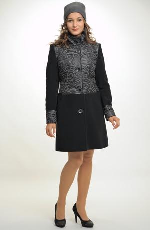 Elegantní dámský kabát kombinovaný z proševu a flauše