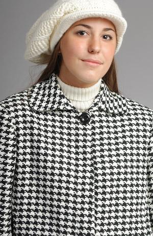 Černobílé krátké paletko s módními tříčtvrtečními rukávy se vzorem kohoutí stopy se velmi hodí na žebrové roláky různých i velmi výrazných barev.