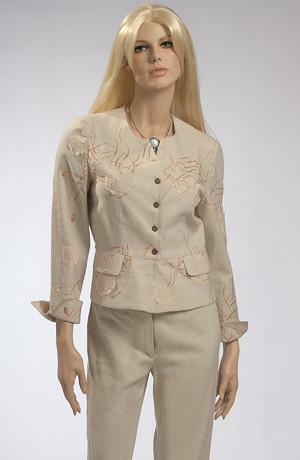 Lněný kostým s výšivkou na saku a s kalhotami pod kolena.