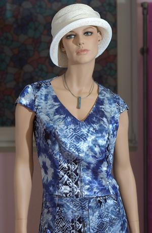 Elegantní dámský kostýmek s delší vzorovanou sukní.