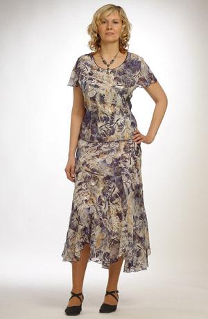 Klasický květovaný kostým se sakem
