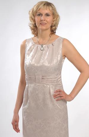 Pouzdrové společenské šaty a sako z lesklého materiálu.