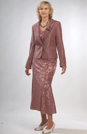 Dámský společenský kostýmek v zapudrované fialové barvě.