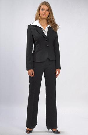 Moderní dámský kalhotový kostýmek