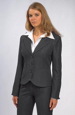 Vypasovaný dámský kalhotový kostýmek
