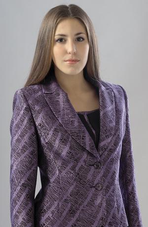 Kalhotový kostým se sakem a topem v módní fialové.