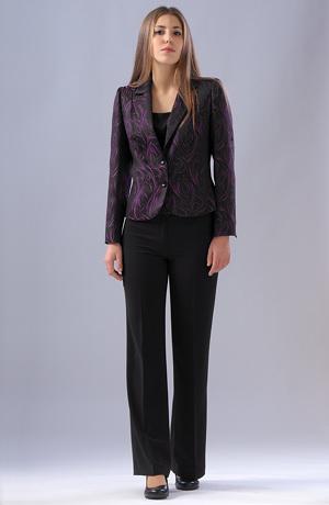 Elegantní dámský kalhotový kostým a top v módní barvě.