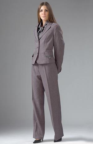 Sportovně elegantní kostýmek je vhodný pro větší velikosti.