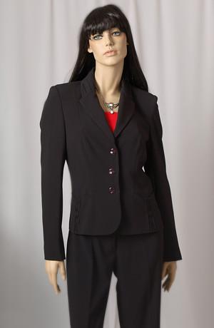 Mladistvý business kostýmek vhodný ke zkouškám.