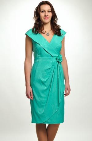 Elegantní šaty pro svědkyni s efektním řasením