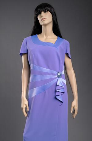 Úzké společenské šaty v nadměrných velikostech