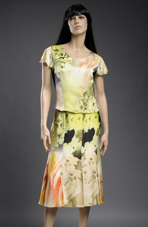 Elegantní dámský kostýmek v pastelových barvách.
