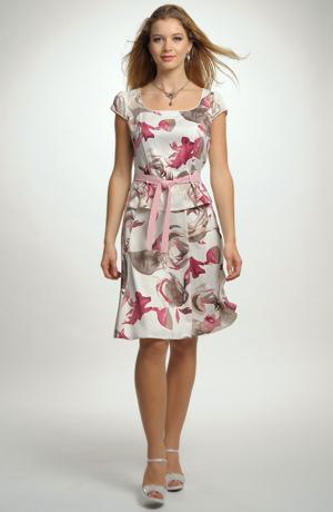 Kostým s dílovou sukní s květinovým vzorem.