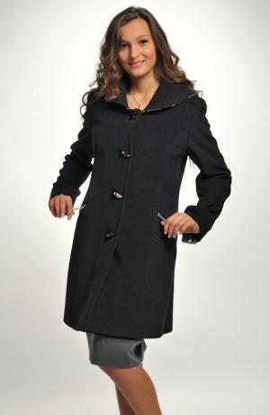 Dámský černý tříčtvrteční kabát na zipy a se zdobením na límci