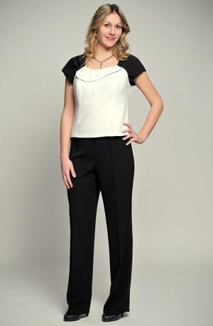 Společenský kalhotový kostýmek v černé s bílou