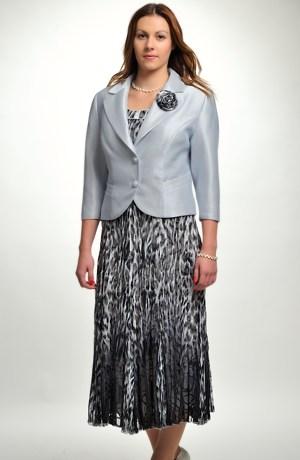 Dámský kostým s elegantním kabátkem.