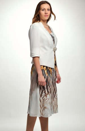 Dámský kostýmek s dílovou sukní.