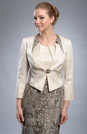 Dámský luxusní kostým tvoří pouzdrové šaty a krátký kabátek.
