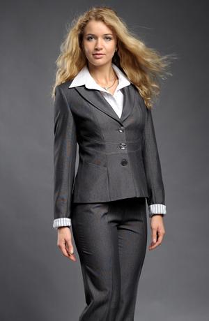 Elegantní kalhotový kostýmek s prostřiženým pasem