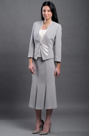 Společenský dámský kostýmek, sukně pod kolena, top a kabátek.