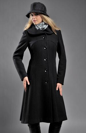 Černý kabát v lady délce s nabíraným límcem a rukávy