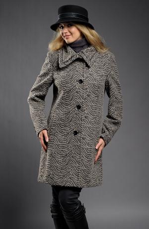 Krátký dámský kabát s velkým límcem v béžovočerném vzoru