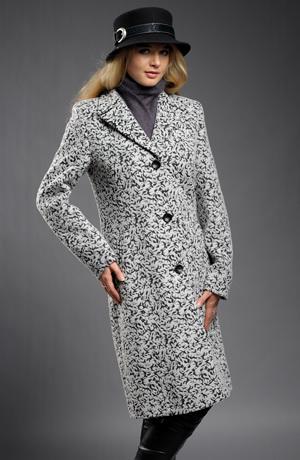 Mladistvý kabát ze zajímavého materiálu v délce pod kolena
