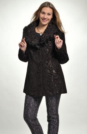 Krátký kabát s velkým límcem lemovaný kožešinou
