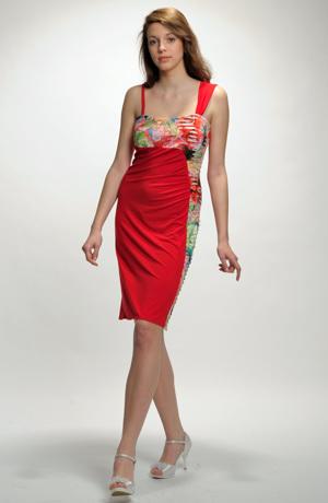 Elastické červené šaty na léto