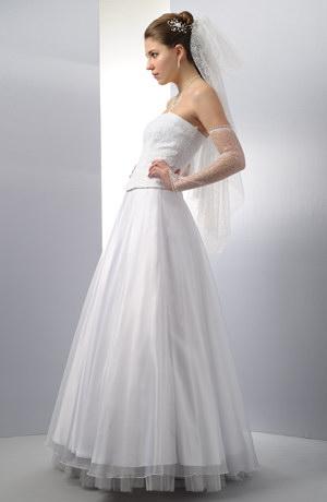 Bílý svatební korzet a bohatá organzová sukně.