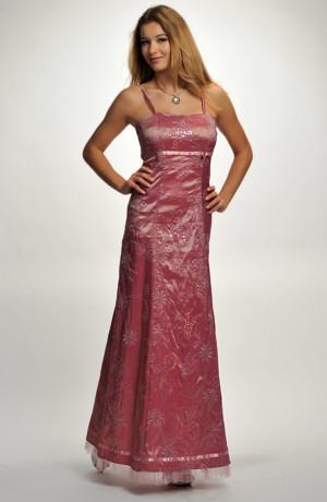 Levné šaty na ples s jemnou výšivkou v růžové barvě.