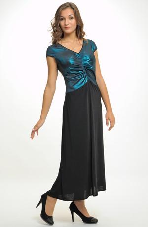 Plesové šaty s řasení na předním dílu vhodné pro plnoštíhlé