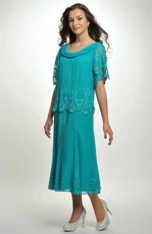 Dlouhé společenské šaty pro plnoštíhlé zdobené luxusní krajkou.