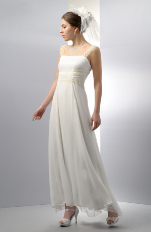 Svatební šaty z jemného šifónu zdobí široká krajka.