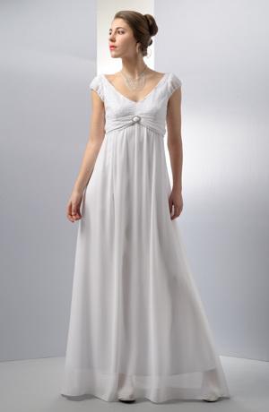 Elegantní dlouhé svatební šaty s efektním řasením pod sedlem.