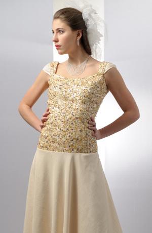 Korzetové šaty mají malé nabírané rukávky a širokou sukni.