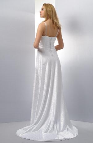 Korzetové svatební šaty s vlečkou a s bohatou kolovou sukní.