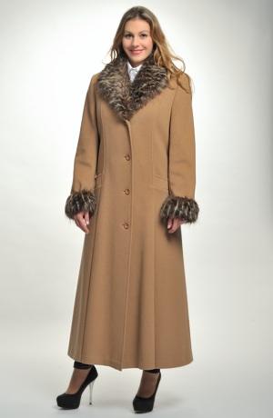 Elegantní jednořadový dlouhý dámský zimní kabát s kožešinou na límci i na rukávech.